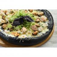 Пицца черная «С мидиями и креветками» на толстом тесте, 600 г.