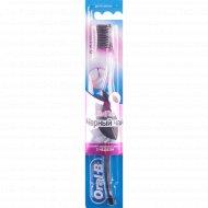 Зубная щетка «Oral-B» с ультратонкими щетинками.