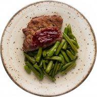 Стейк из говядины с вишневым соусом и стручковой фасолью, 100/150/50 г.