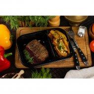 Стейк из свинины с вишневым соусом и картофельными дольками, 120/150/50 г .