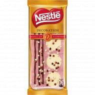 Шоколад белый «Nestle» с клубникой декорированный, 85 г.