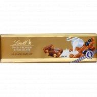 Шоколад молочный «Lindt» с изюмом и цельным фундуком, 300 г.