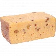 Сыр «Верхнедвинский пряный» с грецким орехом, 45% 1 кг., фасовка 0.35-0.4 кг